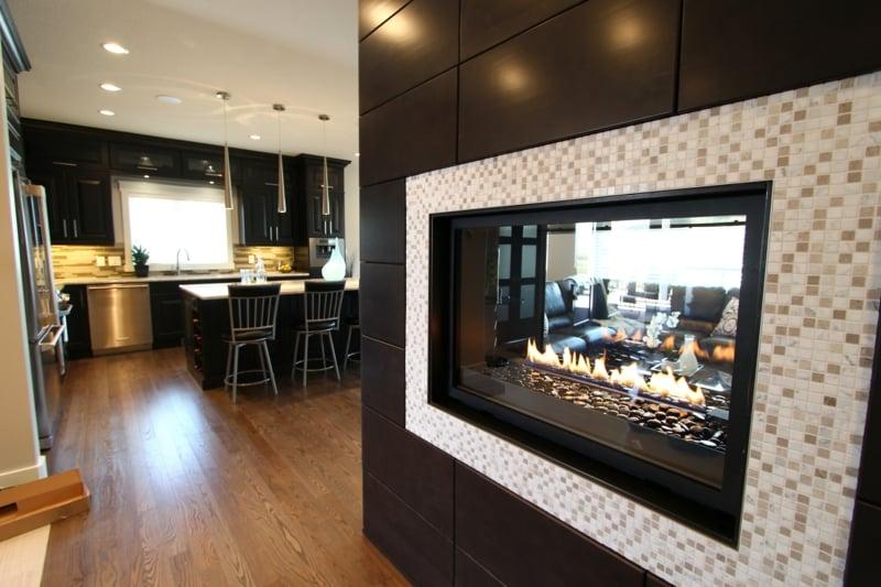 glasmosaik und kamin im wohnbereich