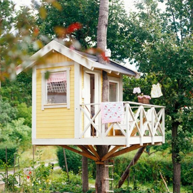 Baumhaus in Weiss und Gelb mit Balkon