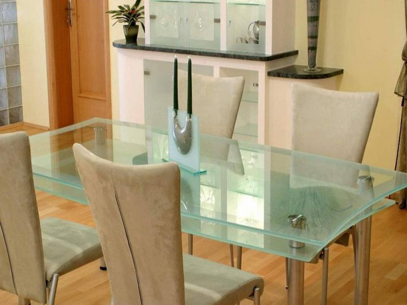 moderner Glastküchentisch