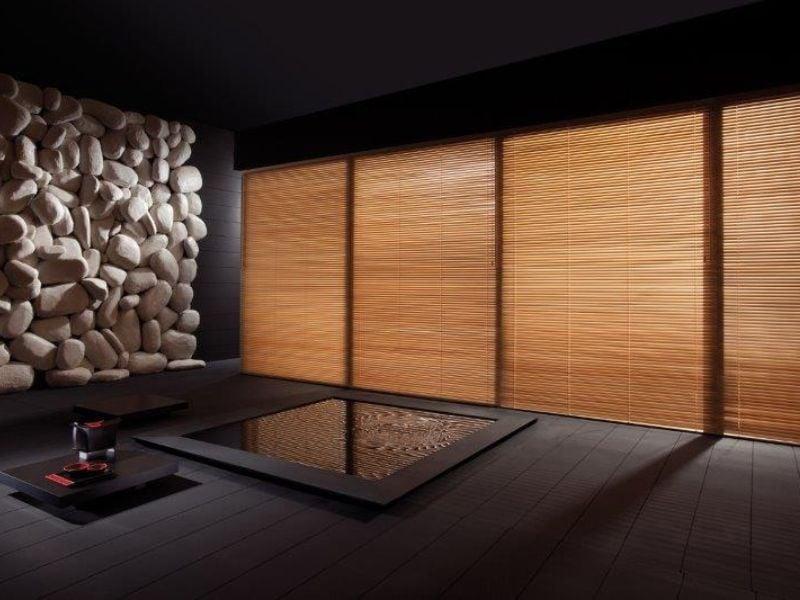 Holzjalousien und Steinedekoration im Wohnzimmer