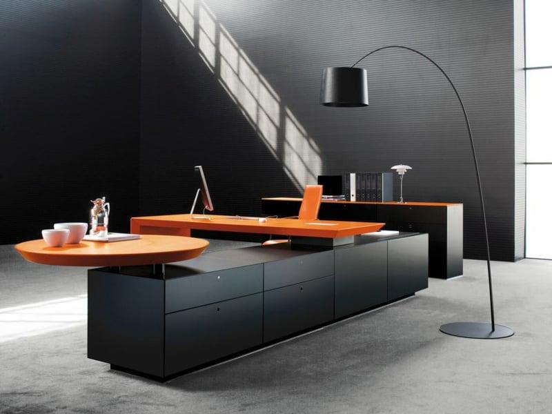 Raumgestaltung im Office mit orangen Akzenten