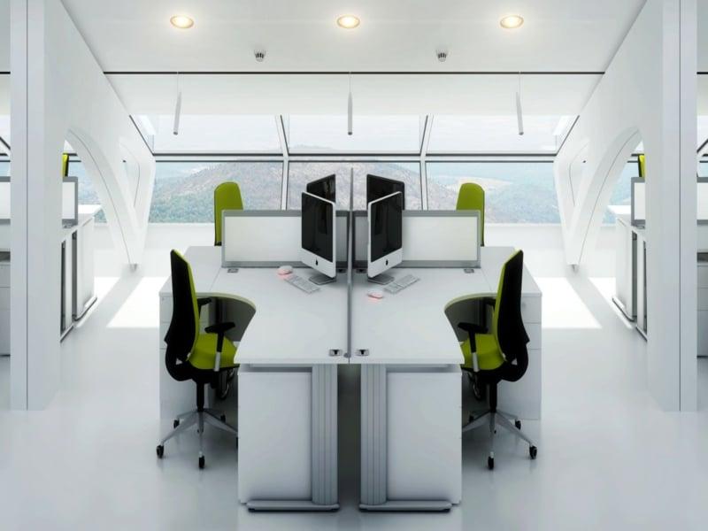Raumgestaltung mit weißen Stühlen im office