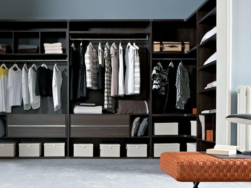 dunkle Regal für Kleiderschrank