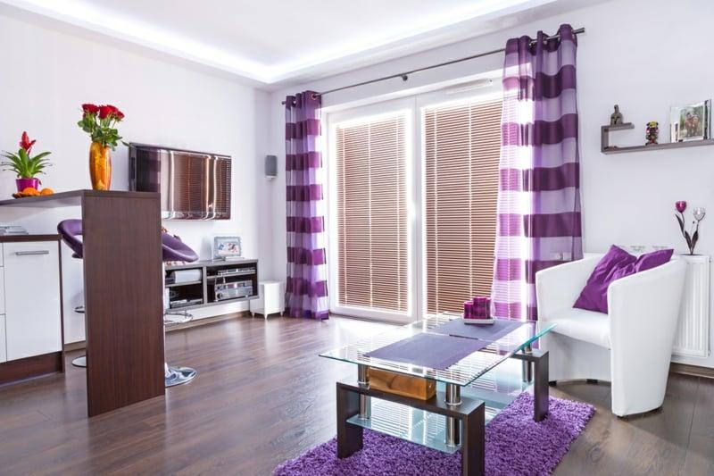 Wohnzimmer mit originellen Lila Vorhänge