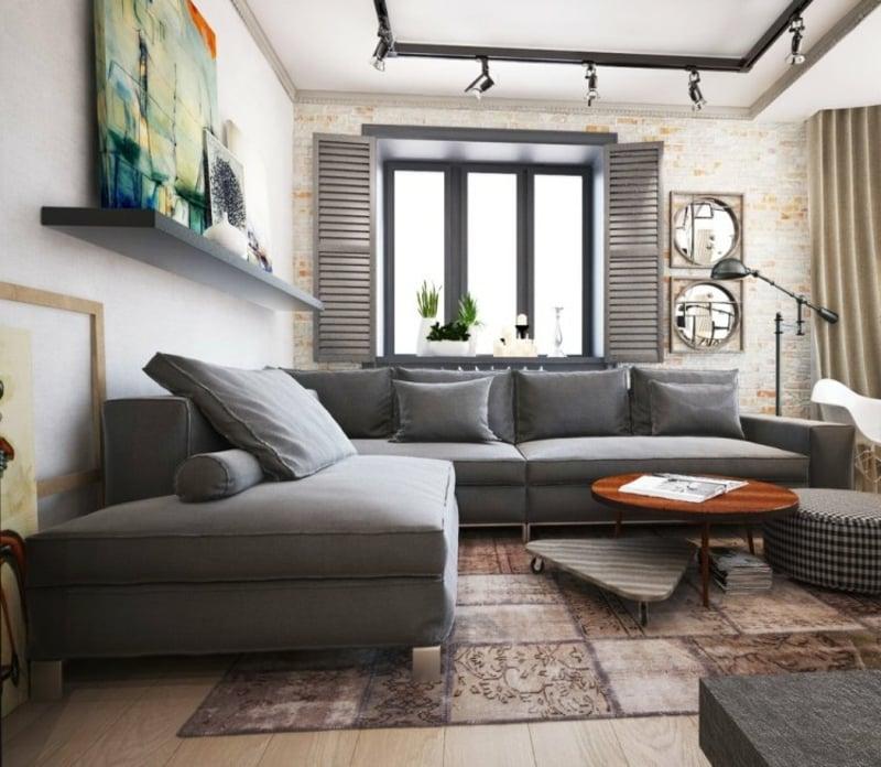 Wiohnzimmer mit weichem Teppich und grauem Sofa