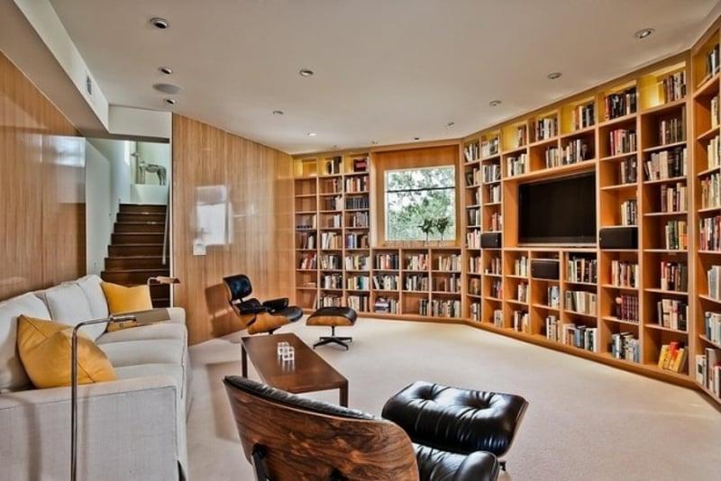 Wohnzimmer mit originellen Bücherregalen