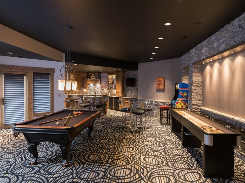 billiard unter einer dunklen decke