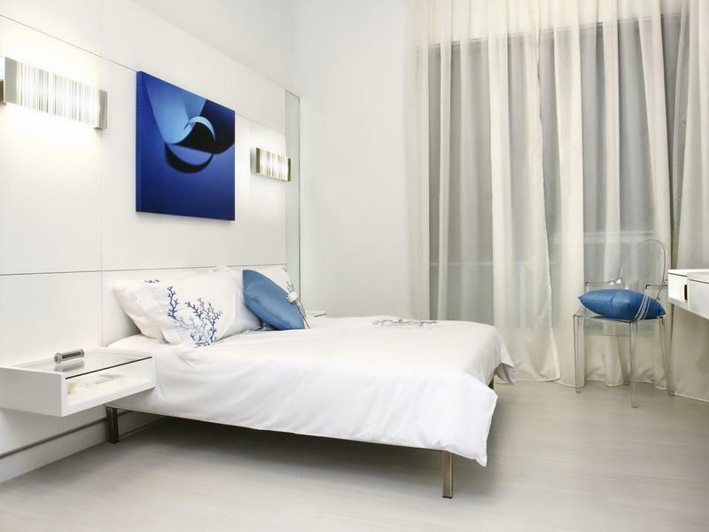 schlafzimmer mit einem blauen bild