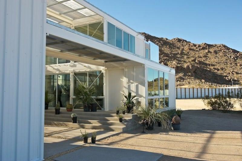 containerhaus in Mojave Desert by Ecotech Design blumen