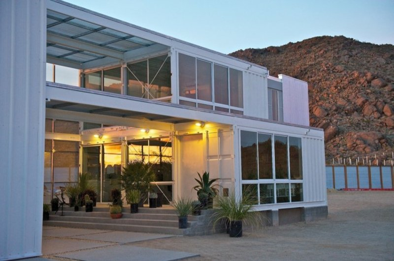 containerhaus in Mojave Desert by Ecotech Design nachts