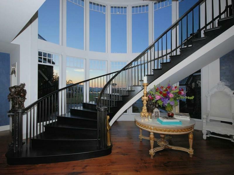 klassische dekorierung unter der treppe