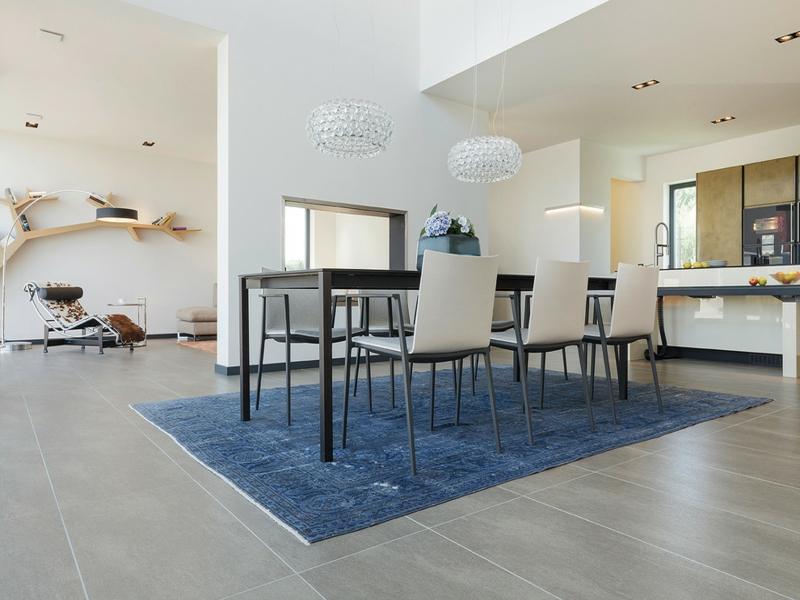 großer blauer teppich im esszimer