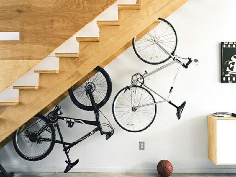 genugplatz für den fahrrad unter der treppe