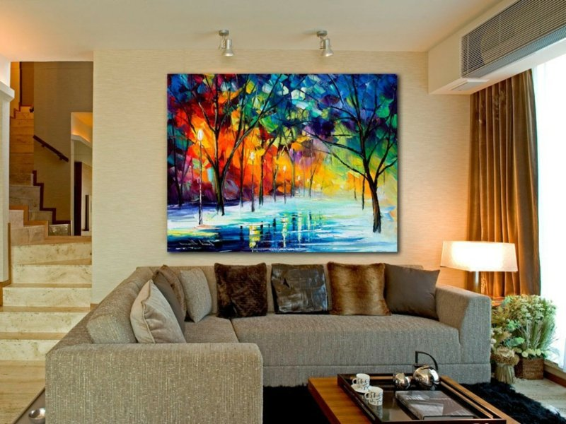 wohnzimmer mit einem bunten bild
