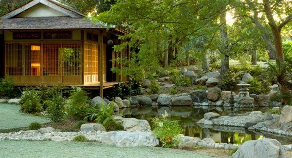 geordnete Steine im japanischen Garten