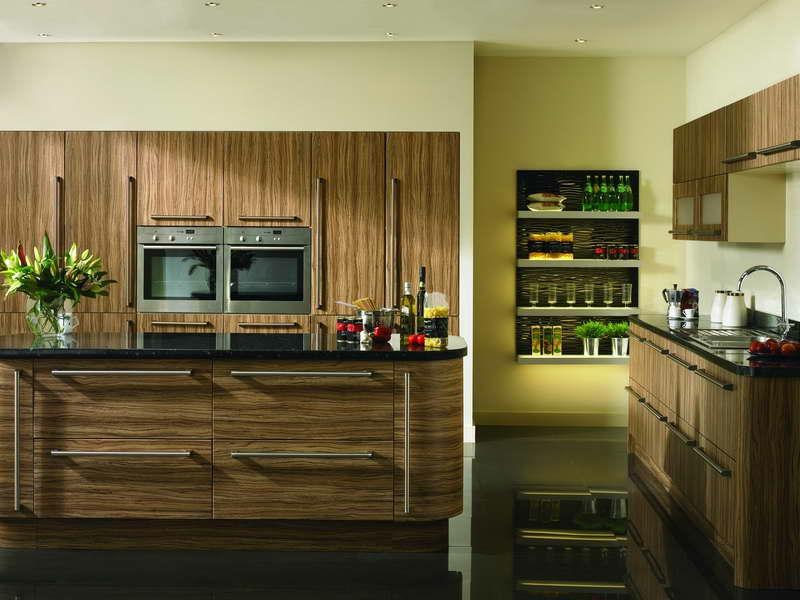 holz und gelbe farbe in der provence küche