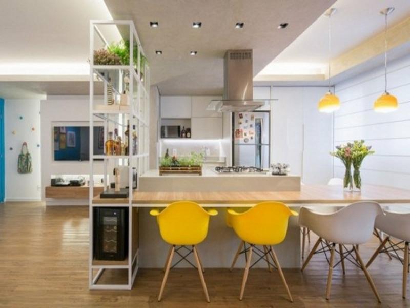 gelbe stühle in der küche