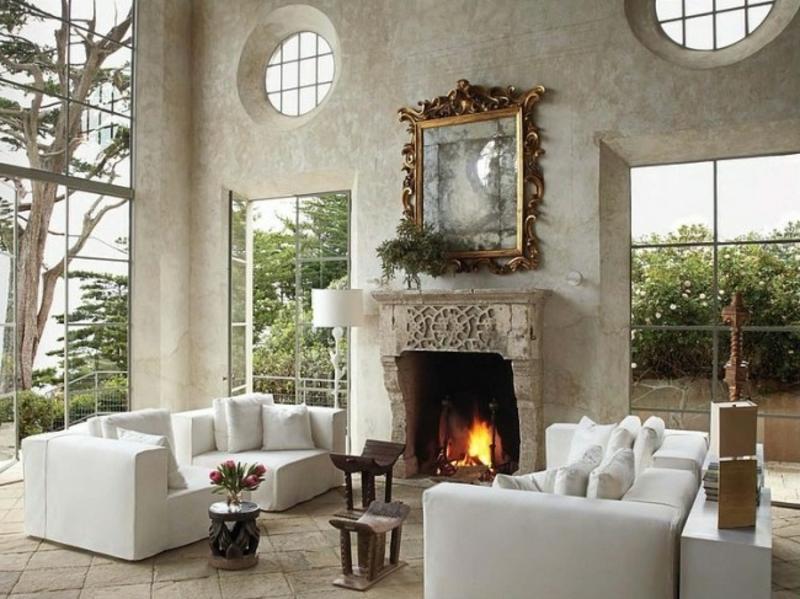 Wohnzimmer mit originellem Spiegel
