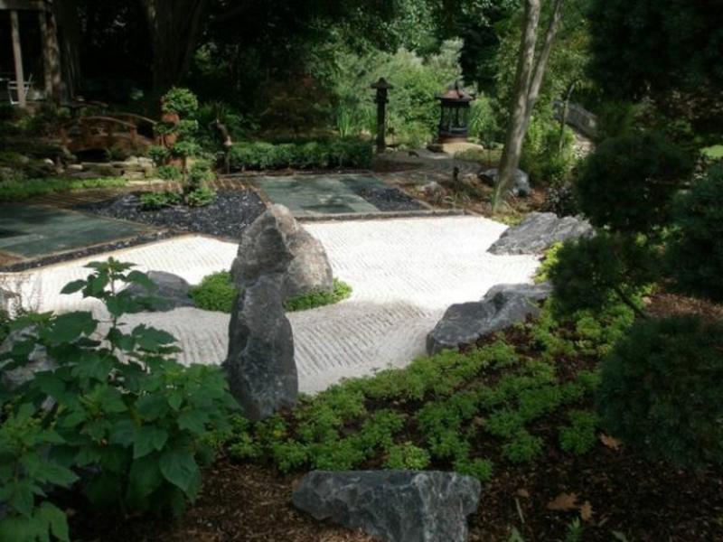 weiße und schwarze Steine im japanischen Garten