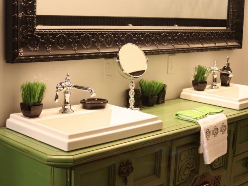 grass und grüner schrank im vintage bad