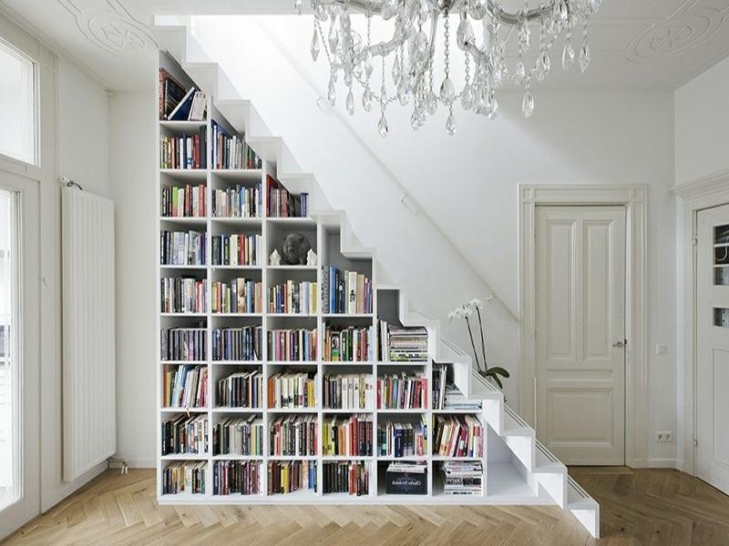 riesige bibliothek unter der treppe