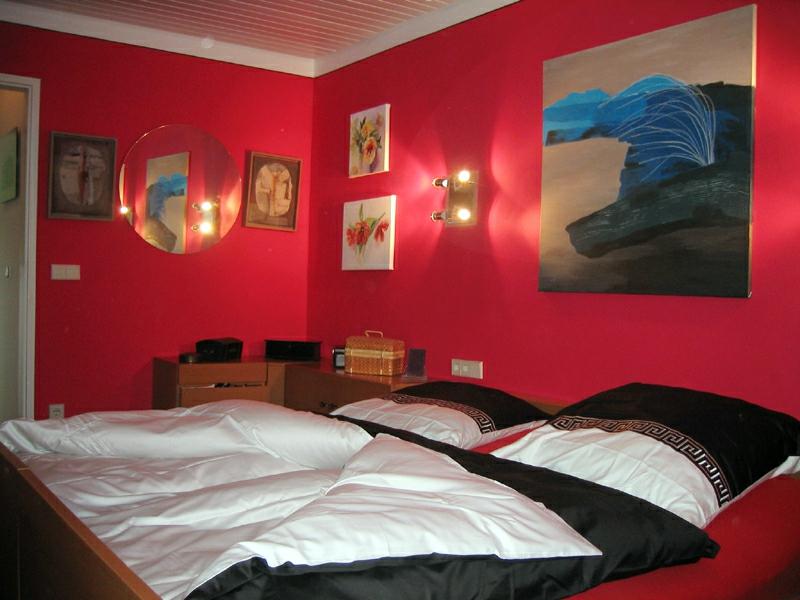 schlafzimmer mit einem großen bild an der wand