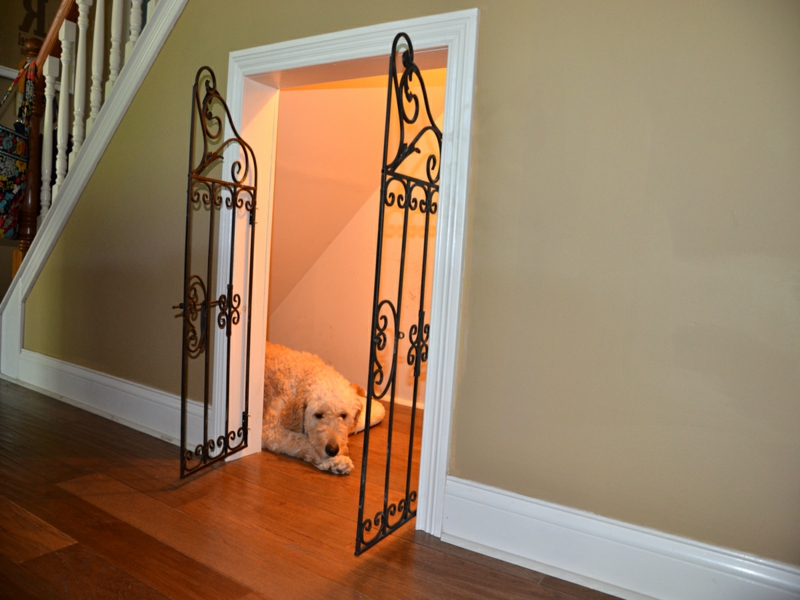 platz für den hund unter der treppe