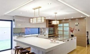 indirekte deckenbeleuchtung über der kücheninsel