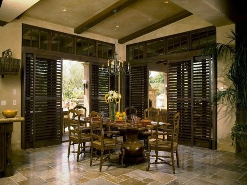 Schickes Esszimmer mit Holzjalousien