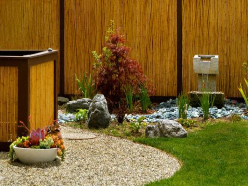Kleine Steine im japanischen Garten