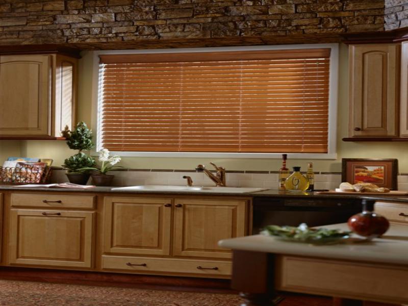 Elegante Küche mit Holzjalousien