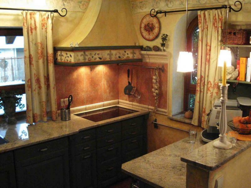 zwei stühlen in der provence küche
