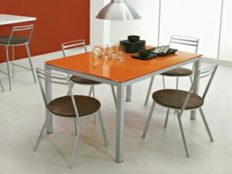 oranger küchentisch