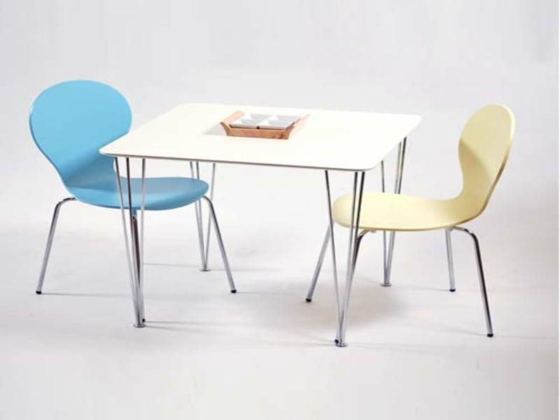 küchentischund zwei farbige stühlen