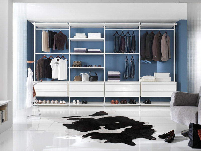 moderner teppich vor dem offenen kleiderschrank