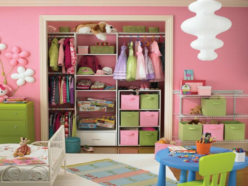 kleiderschrank im kinderzimmer in rosa nd grün