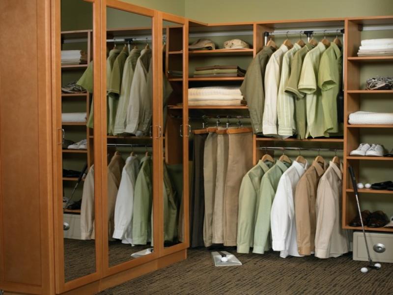 offener kleiderschrank mit spiegeltüren