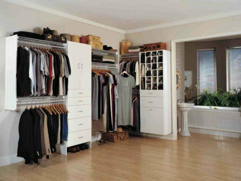offener kleiderschrank mit offenen regalen