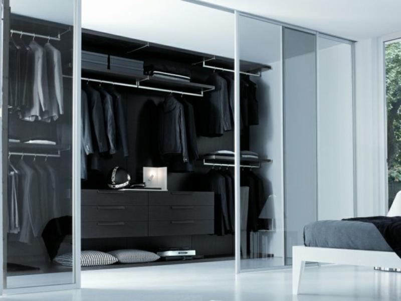 schwarzer kleiderschrank mit glasschiebtüren