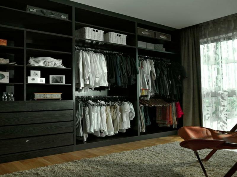 schwarzer kleiderschrank im wohnzimmer