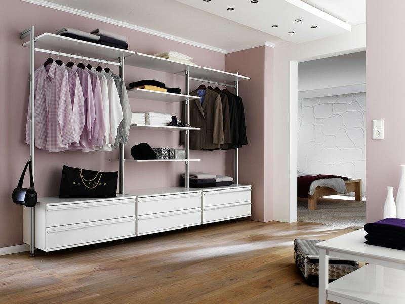 rosafarbiger kleiderschrank