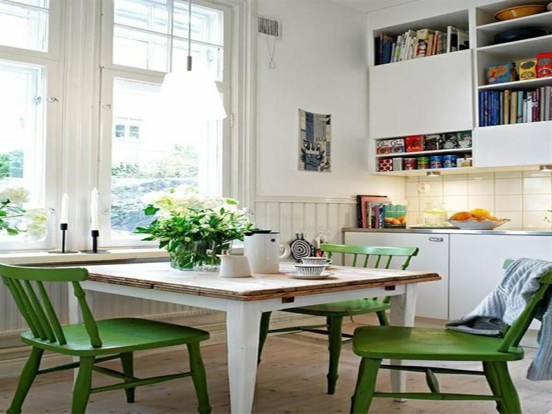weißer küchentisch und grüne stühle