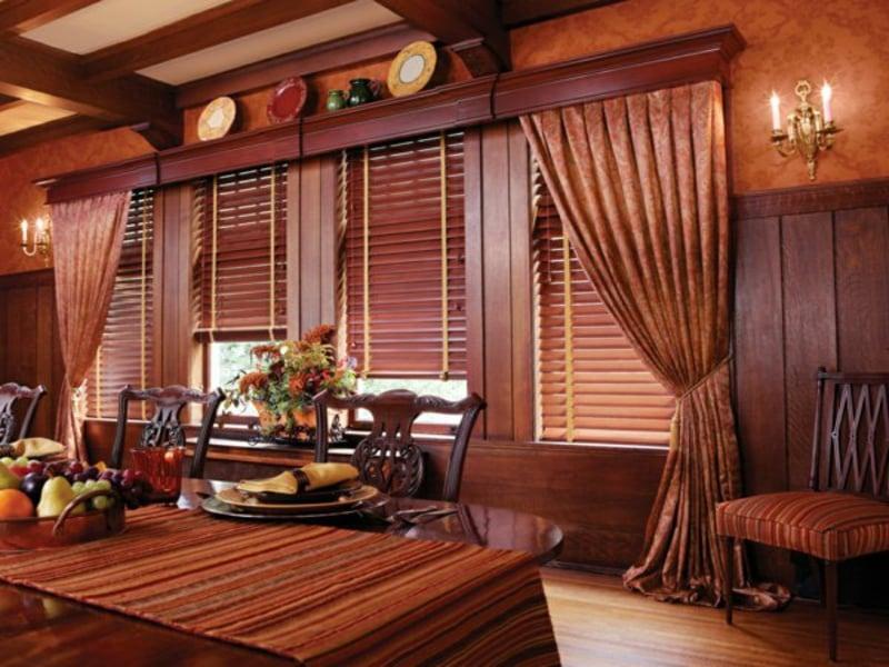 Holzjalousien akzentieren auf braune Möbel