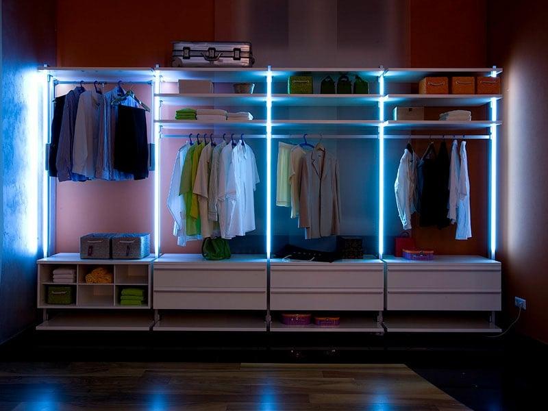 offener kleiderschrank mit led-beleuchtung