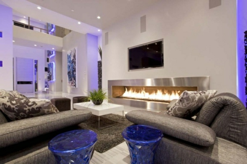 Wohnzimmer mit lila Akzenten