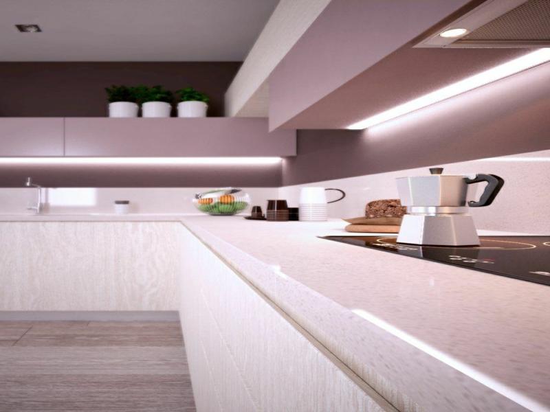 lilafarbe in der küchenbeleuchtung