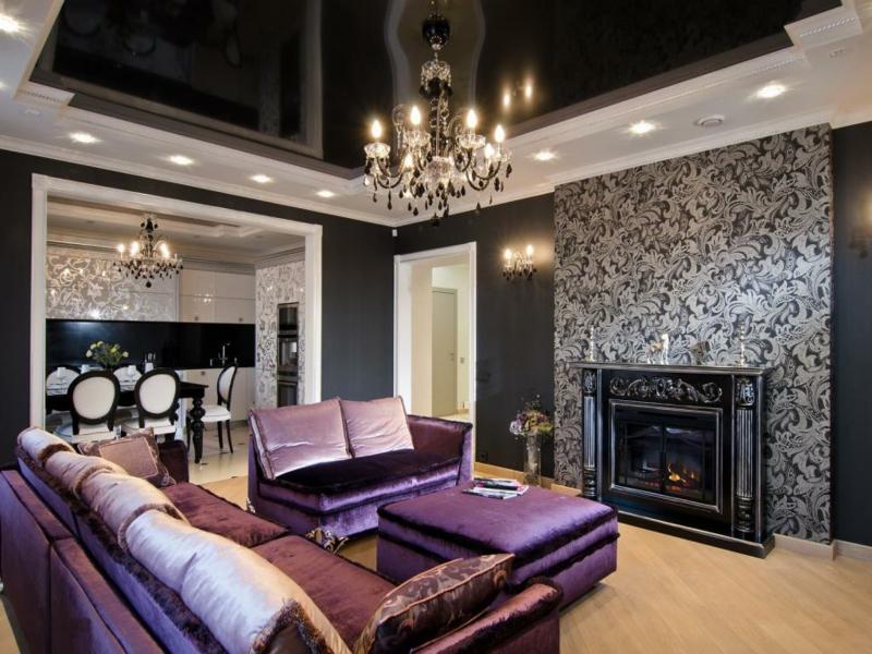 lila sofa und schwarze atmosphäre