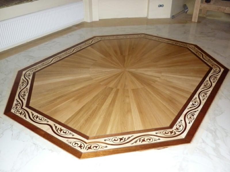 parkettboden mit einer minimalistischen dekoration
