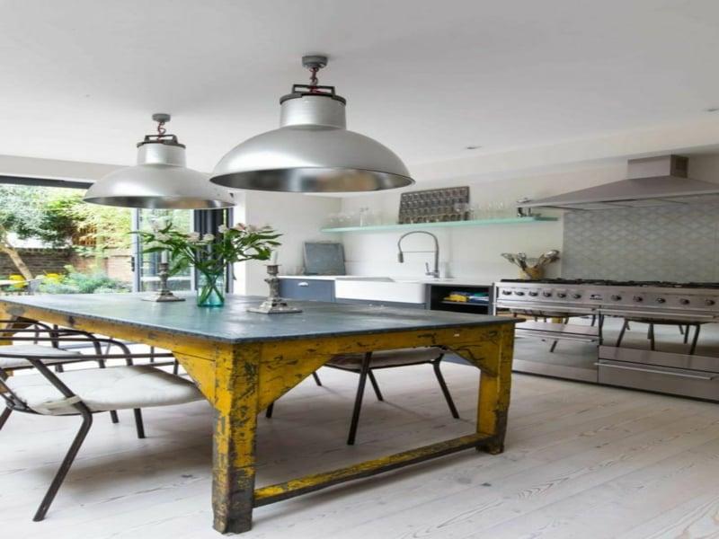 alter küchentisch in der modernen küche
