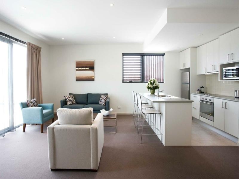 moderne-wandfarben-sofa-grün-resized